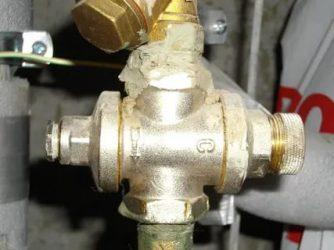 Течет регулятор давления воды в квартире